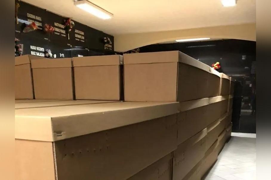 Hacen ataúdes de cartón prensado para sepultar a los fallecidos