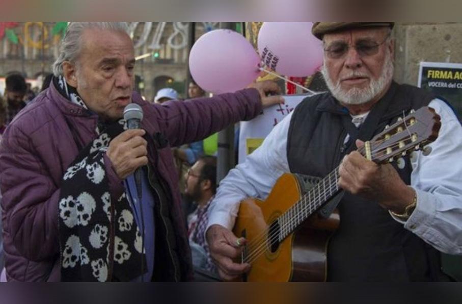 AMLO rinde homenaje a Óscar Chávez en la mañanera