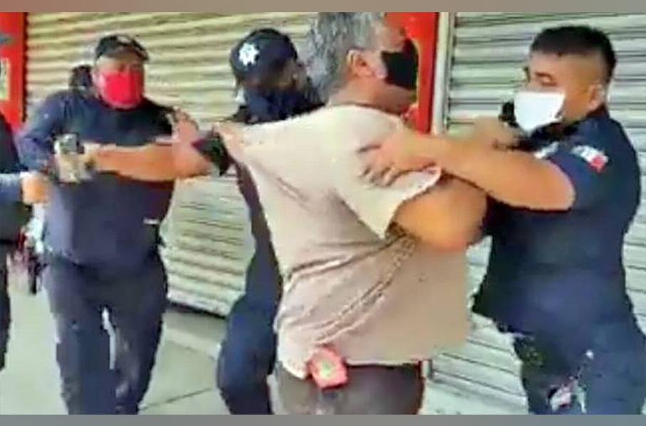 Policías cierran a fuerza pequeños negocios de Tabasco