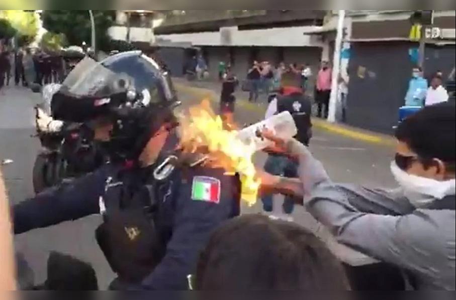 Rocían con gasolina y le prenden fuego a un policía