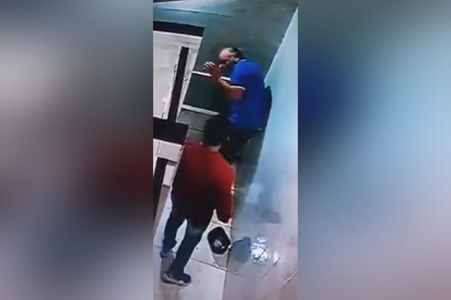 Taxista golpea brutalmente a un adulto mayor para robarle en unos sanitarios