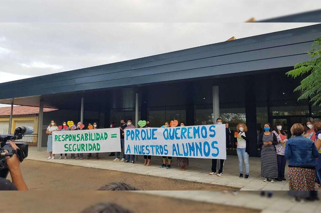 En España padres mandan a sus hijas sin cubrebocas a la escuela y maestros rechazan dar clases a las menores